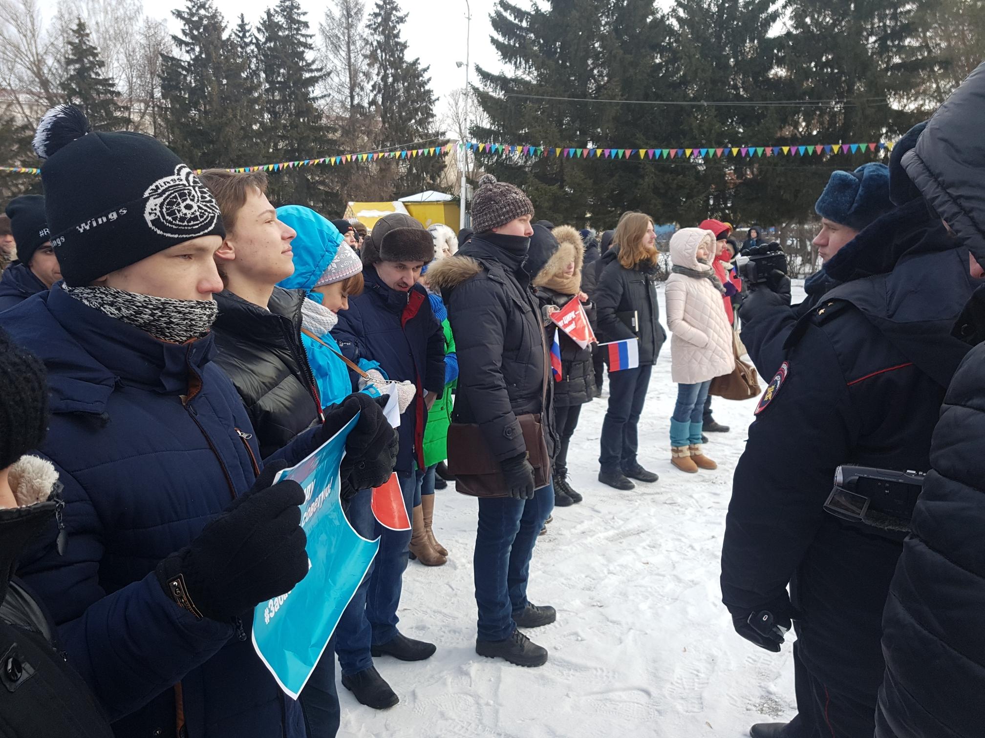 В Кургане прошел митинг сторонников Алексея Навального, призывающих бойкотировать выборы президента