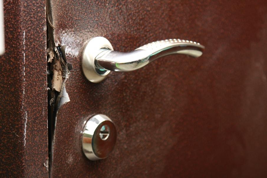 Жительница Кургана не претендует на алименты после того, как дверь бывшего мужа вскрыли болгаркой