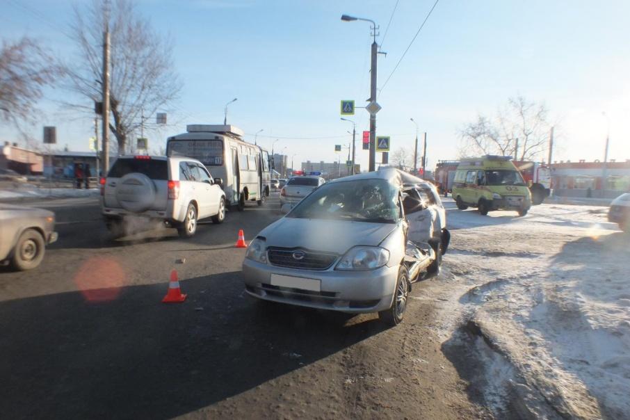 В Кургане в аварии с автобусом пострадали три пассажира и водитель иномарки