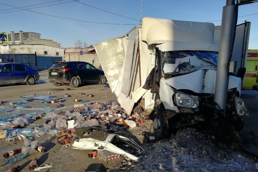 На перекрестке в центре Кургана столкнулись два грузовика