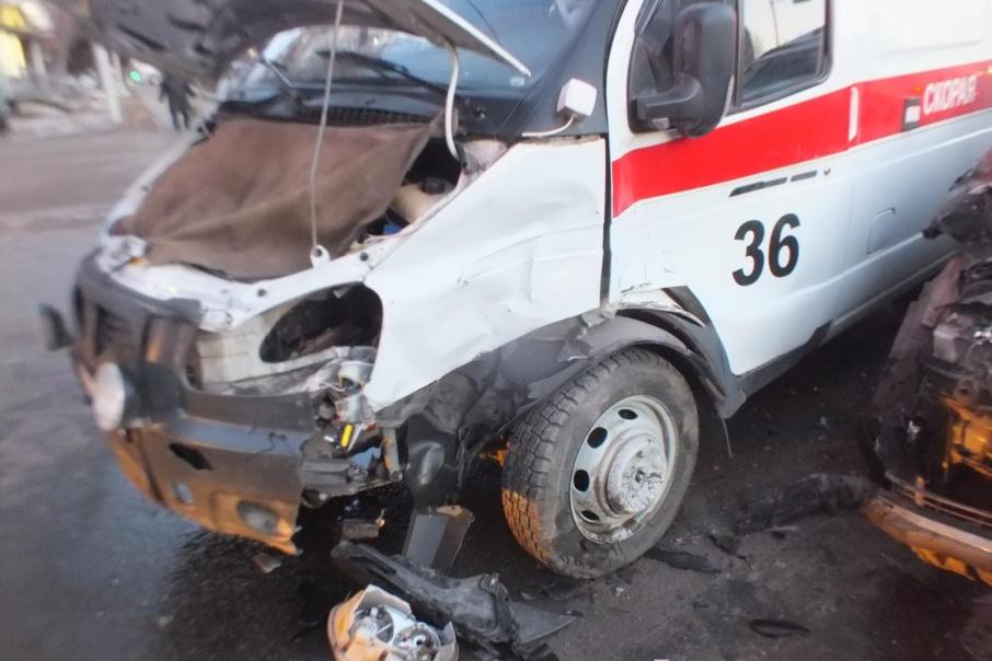 В машину скорой помощи на перекрестке в Кургане влетела Toyota