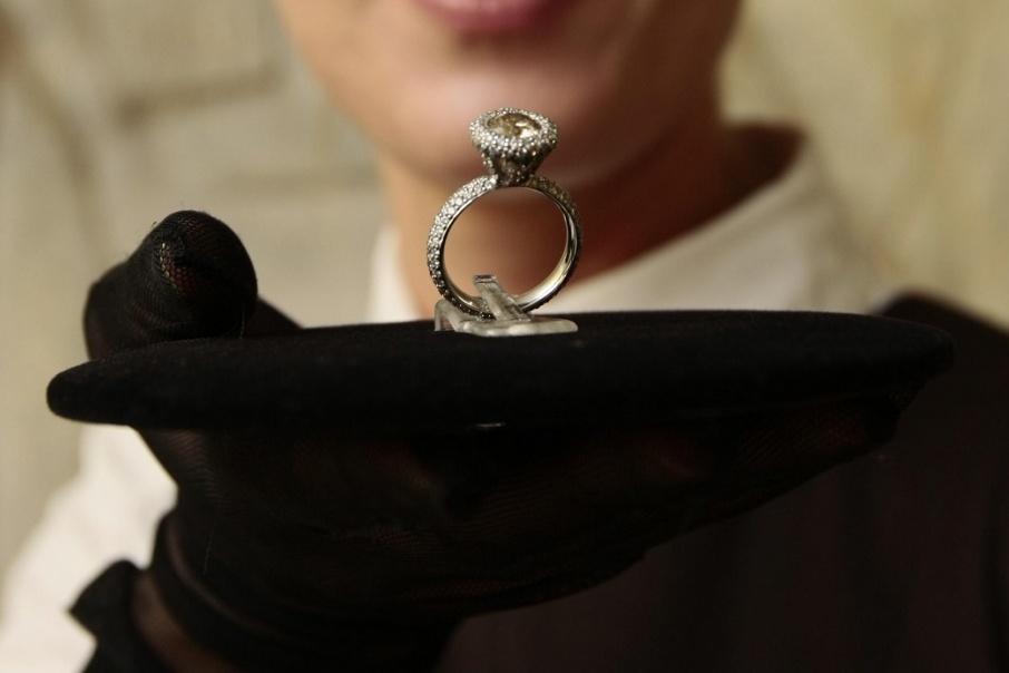 В Кургане задержали мошенника, который выдавал серебряное кольцо за золотое