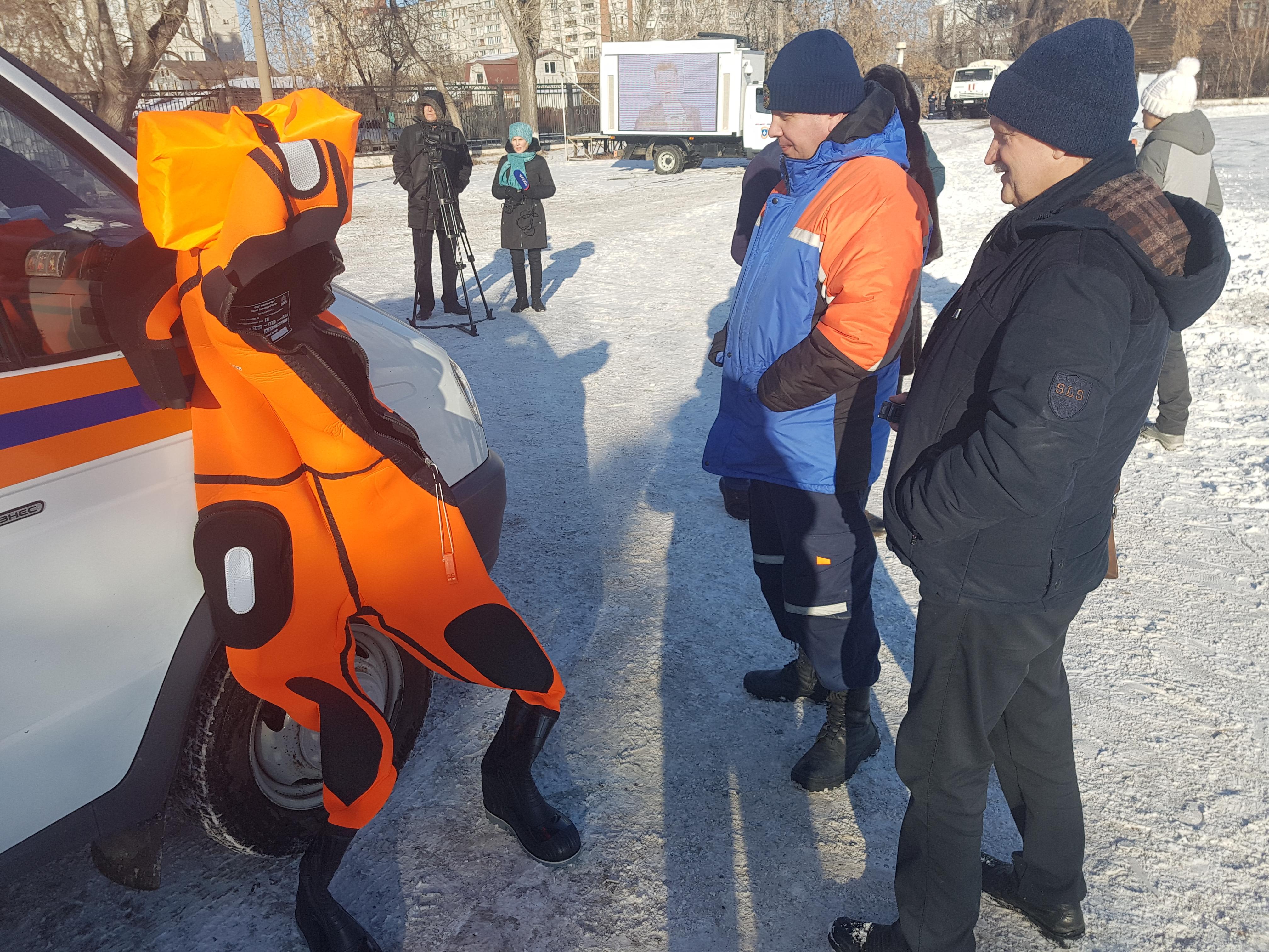 Фигурное спасение: курганские спасатели учили школьников и студентов помогать утопающим на катке