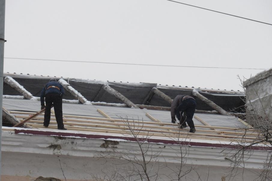 Рабочий сорвался с крыши пятиэтажного дома в Кургане