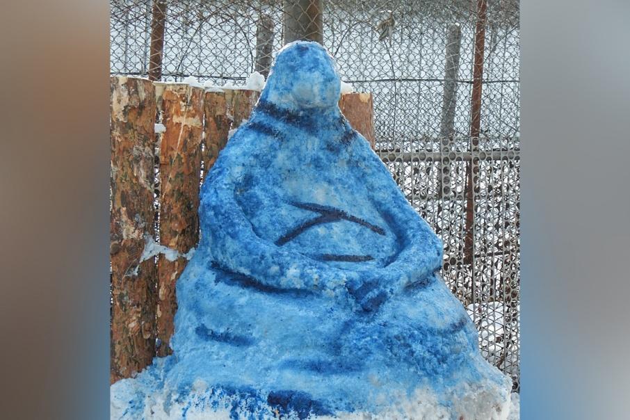 «Не совсем похоже, но оригинально»: в курганской колонии из снега слепили Ждуна