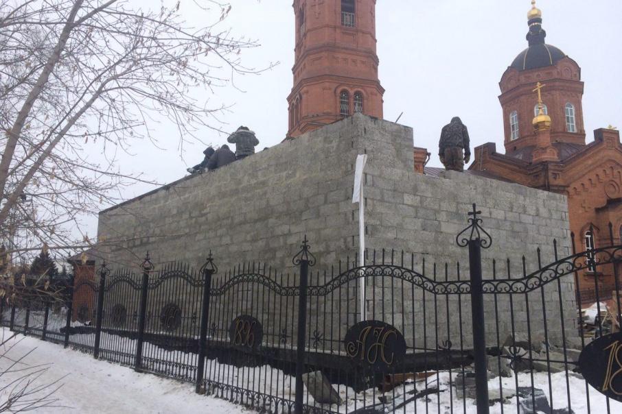 В Кургане начали разбирать гараж у храма Александра Невского