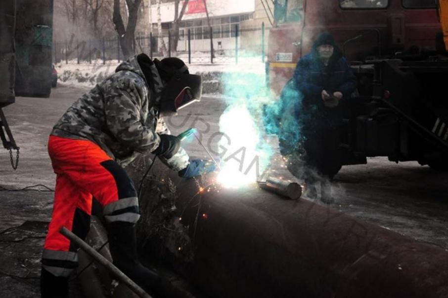 Чистят тротуары и варят трубы: в Кургане последствия аварии устраняют круглосуточно