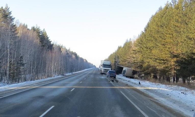 В Зауралье столкнулись легковушка и грузовик