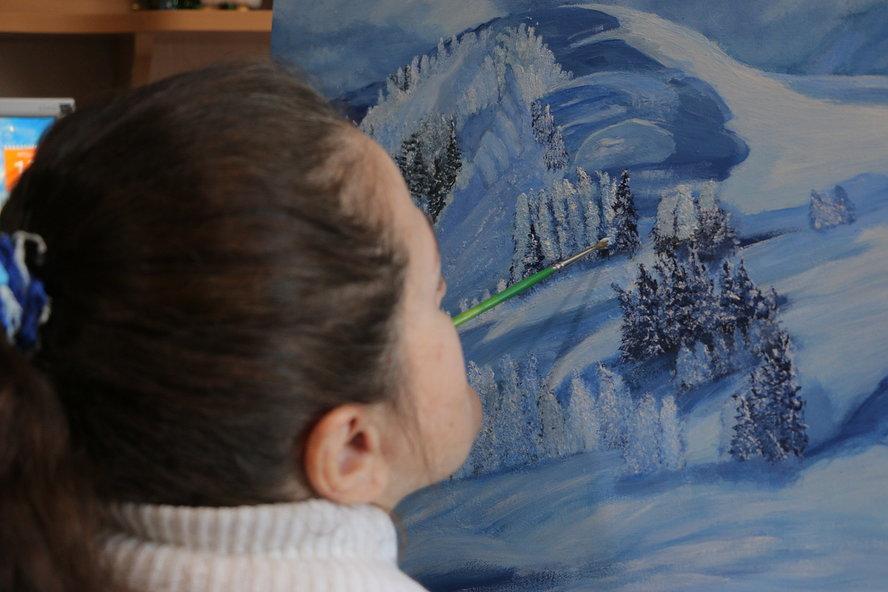 У художницы, рисующей ртом, заработали пальцы: Наталью Шиндину выписали из курганского Центра Илизарова