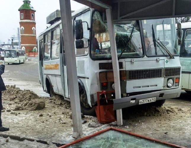 В Кургане из-за гололеда ПАЗ въехал в автобусную остановку
