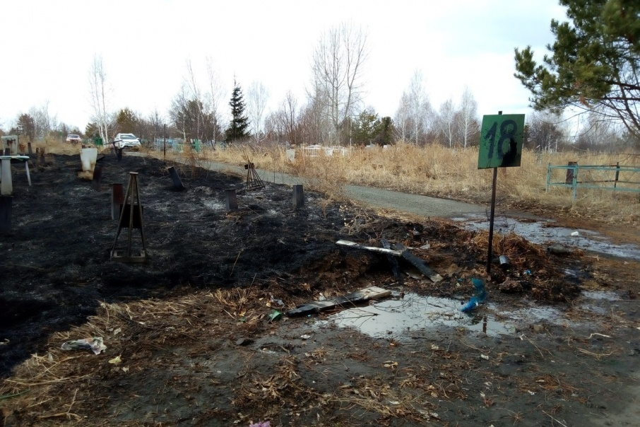 В Родительский день в Кургане одно кладбище горело, могилы другого завалены мусором