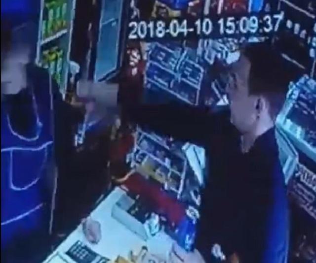 «Все лицо в ожогах»: неизвестный облил продавца магазина в Рябково йодом и убежал