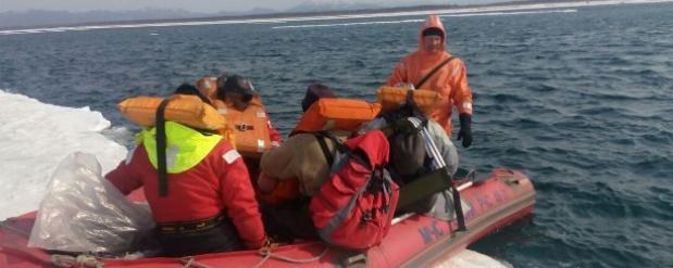 На юге Сахалина с оторвавшихся льдин спасли более 50 рыбаков
