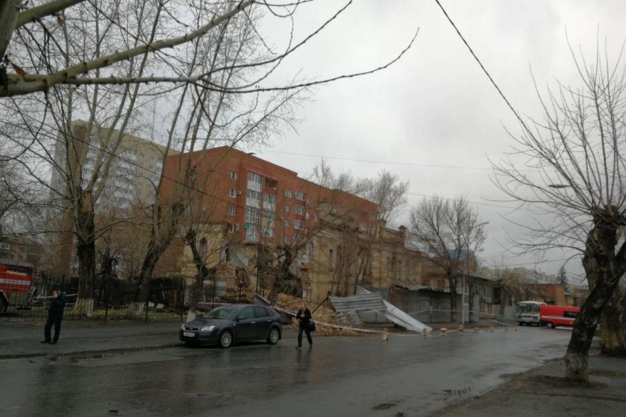 В Кургане рухнуло здание, от которого оставался один фасад