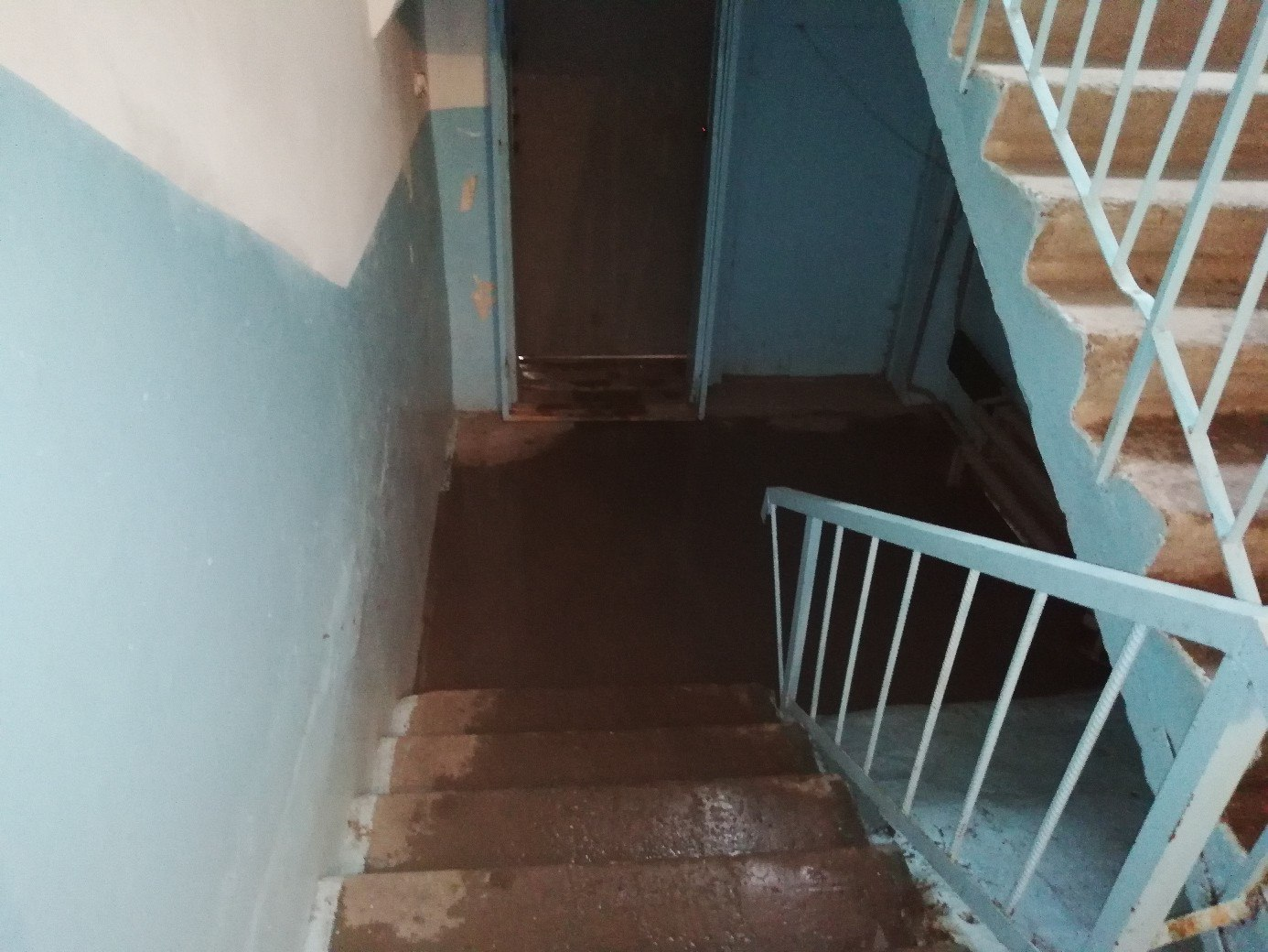 Из-за дождя в подъезде курганской многоэтажки случился потоп