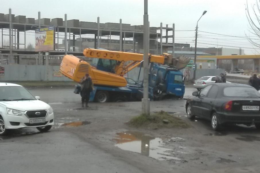 Спецмашина «Водного союза» провалилась в яму на улице Кургана