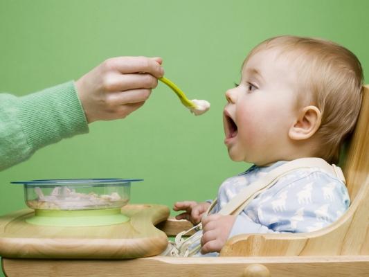 Первое детское питание: как приучить ребенка к твердой пище