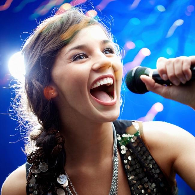 Чому людям подобається співати в караоке?
